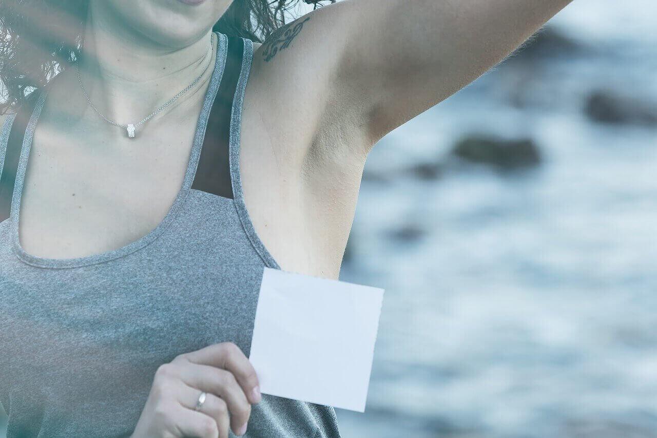 Fjern deodorantpletter med disse 5 tips