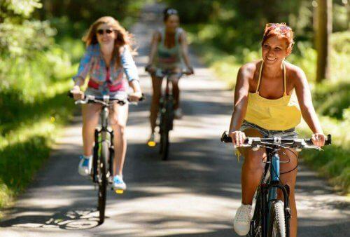 tre kvinder på cykeltur