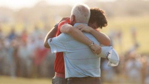 Far og søn krammer, da familie er vigtigt for at overvinde vanskelige tider