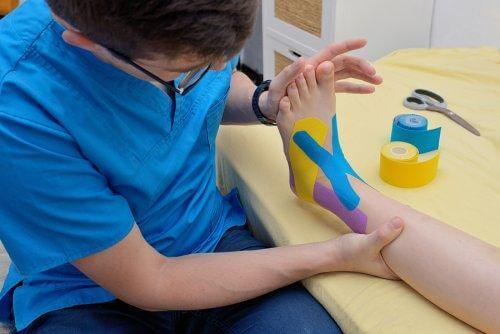 En fysioterapeut, der anvender Kinesio Tape