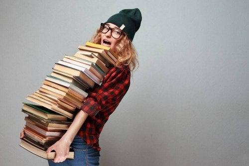 Kvinde med kæmpe stak af bøger