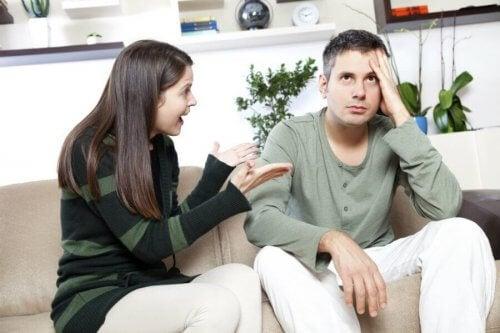 ungt par skændes på sofa