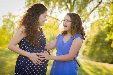 Gravid kvinde med sin ældre datter.