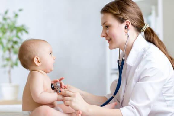 Lægen tjekker et barn