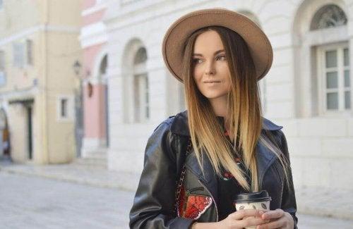 Kvinde viser, hvordan du kan bruge hat for at beskytte og styrke din hovedbund