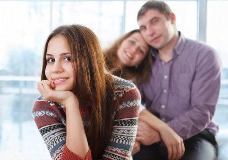 Teenager med mor og far.
