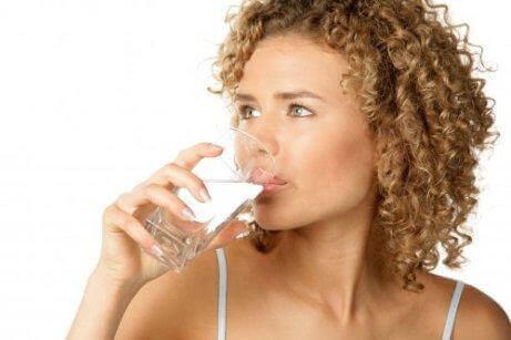 En kvinde drikker vand