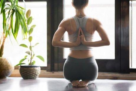 kvinde er tålmodig med at praktisere yoga