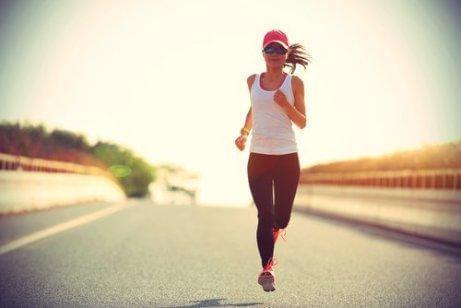 En kvinde jogger