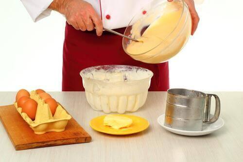 En kvinde laver vaniljeskiver.