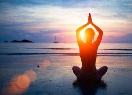 En kvinde, der praktiserer yoga.