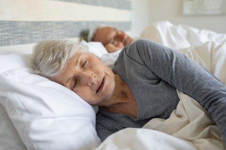 To seniorer sover med behageligt tøj