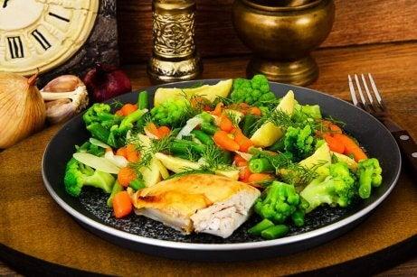 kylling og grøntsager er eksempel på lækre opskrifter med kylling