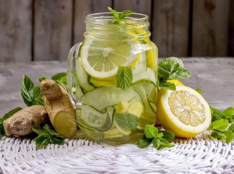Lav en udrensende lemonade med ingefær og æble