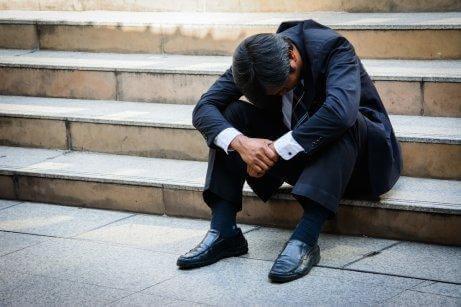 Mand på trappe oplever, at stress kan forværre gastritis