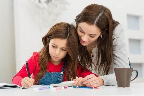 Mor hjælper datter med at lave sine lektier og overvinde skoletræthed
