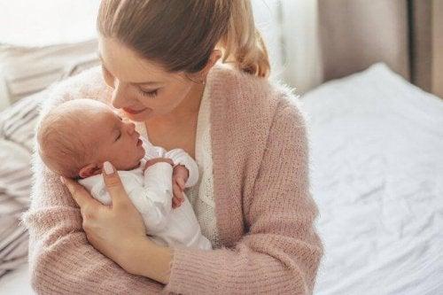 Mor synger for baby