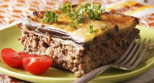 En tallerken med græsk moussaka.
