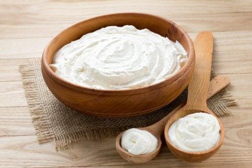 Yoghurt er en af de gode naturmidler til mavekatar.