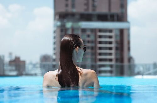 en kvinde i en pool
