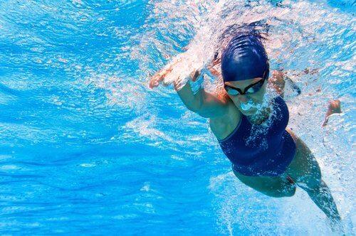 kvindelig svømmer