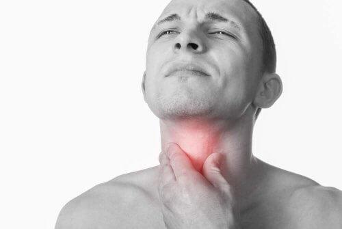 mand med ondt i halsen