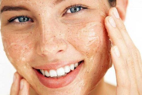 Kvinde vasker sit ansigt for at få ren og blød hud