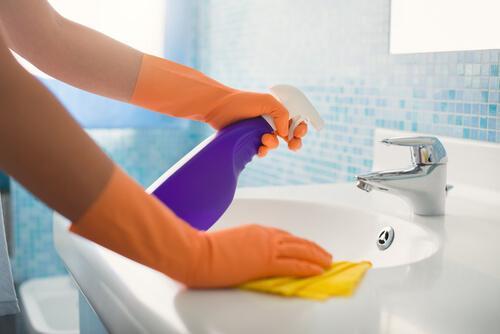 Badeværelset er et af de rum i huset, som det er vigtigst at holde rent. Det er nemmest, hvis du rengør det løbende