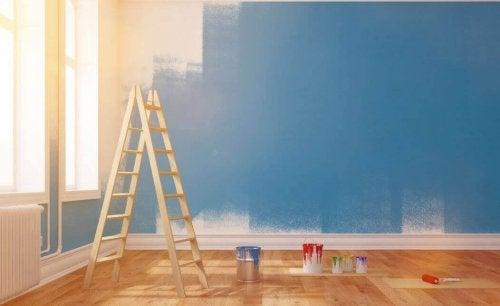 Væg bliver malet blå