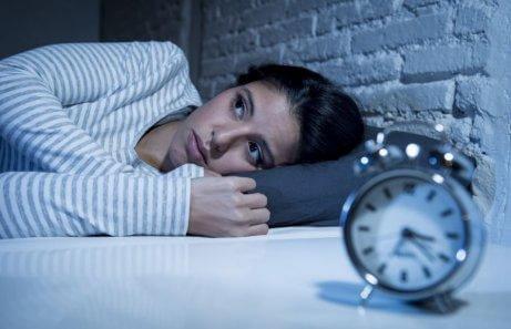 Kvinde ligger søvnløs om natten