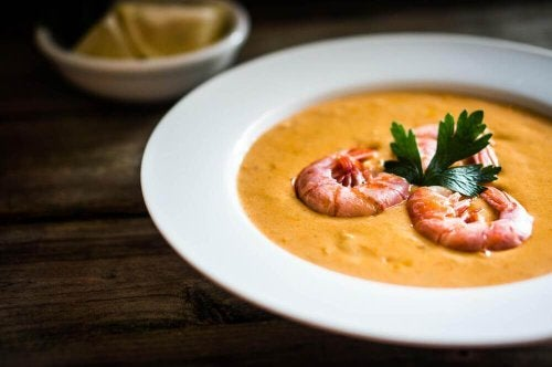 Skål med suppe med skaldyr