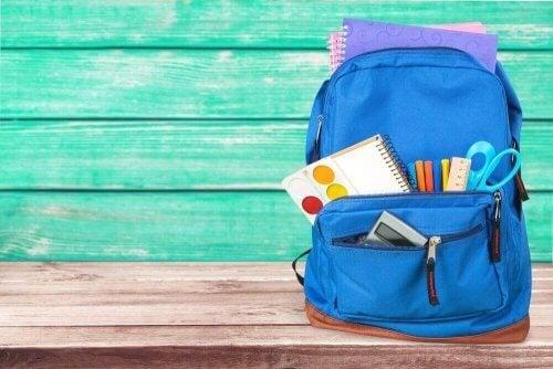 Et barns blå rygsæk.