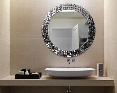 Spejl på badeværelse