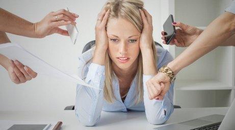 En overvældet kvinde forsøger at håndtere stress