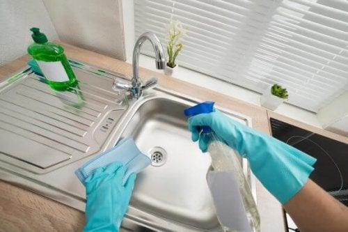 At rengøre og desinficere vaskene i dit hjem