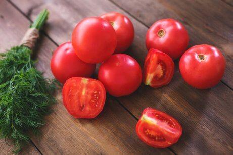tomater på skærebræt