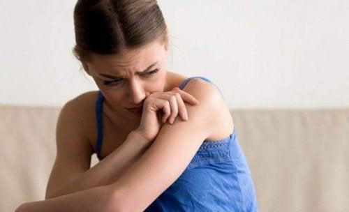 Trist kvinde kan ikke lade være med at tænke på problemer