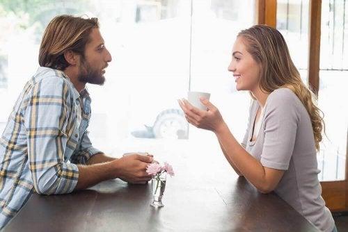 En mand og kvinde drikker kaffe sammen