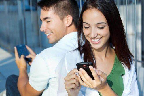 Trekantsdrama: Mand og kvinde sender hinanden sms´er