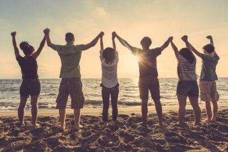 Teenagere på en strand