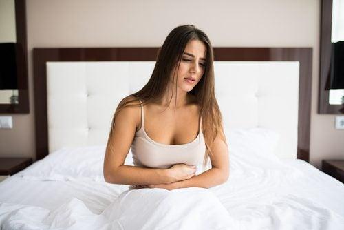 Kvinde døjer med forstoppelse som følge af at drikke for lidt vand