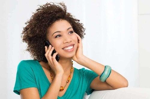 Trekantsdrama: En kvinde ringer til en anden person