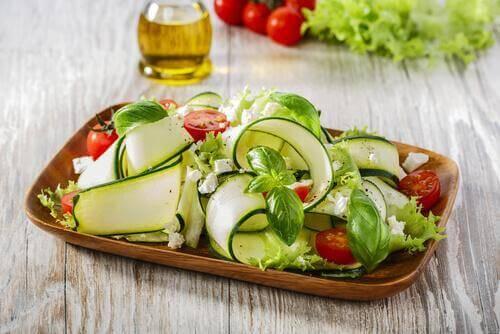 Lav en lækker salat af squash og nødder