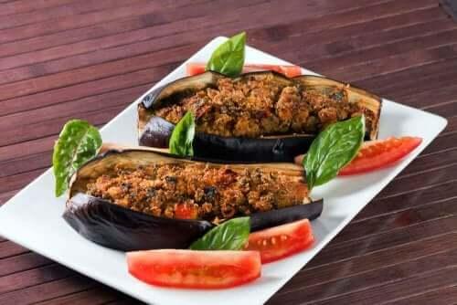 Grøntsagsfyldt aubergine med vinaigrette