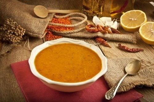 Prøv denne lette opskrift på cremet linsesuppe