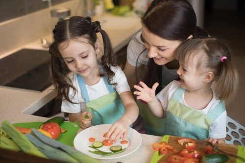 børn, der laver mad med deres mor
