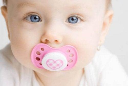 Baby bruger sut