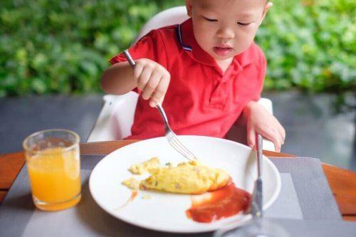 barn, der spiser morgenmad