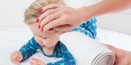 Barn får vand ud af ørerne med hårtørrer