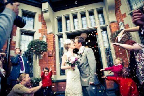 Kyssende brudepar ønsker at holde deres ægteskab lykkeligt